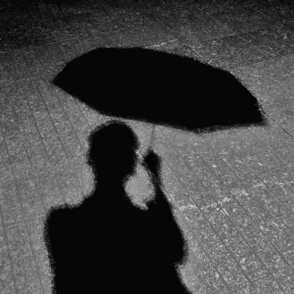 那把伞也不见了