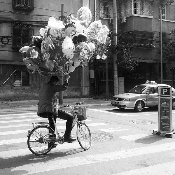 骑自行车卖气球