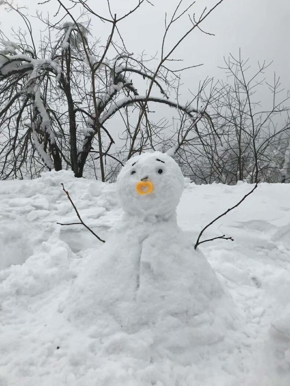 一起堆了雪人,但是也掉了一个手机